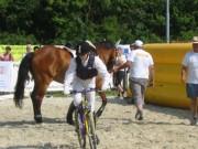 131-3196 IMG * Fliegender Wechsel vom Pferd auf das Rad
